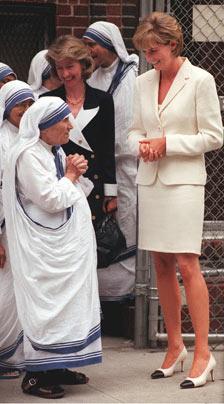 戴安娜王妃在紐約與德蘭修女告別.她倆相知甚篤,黛安娜去世後,德蘭悲痛地為其做禱告.六天後德蘭修女安然辭世 ...