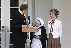 德蘭修女(中)從美國總統列根手中接受自由獎
