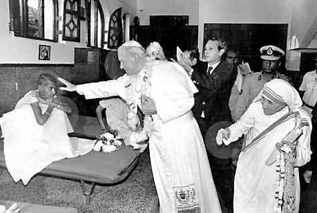 教宗若望保祿二世一九八六年到訪仁愛之家,獲德蘭修女(右)接待,教宗與修女一起探訪仁愛會服務的居民 ... ...